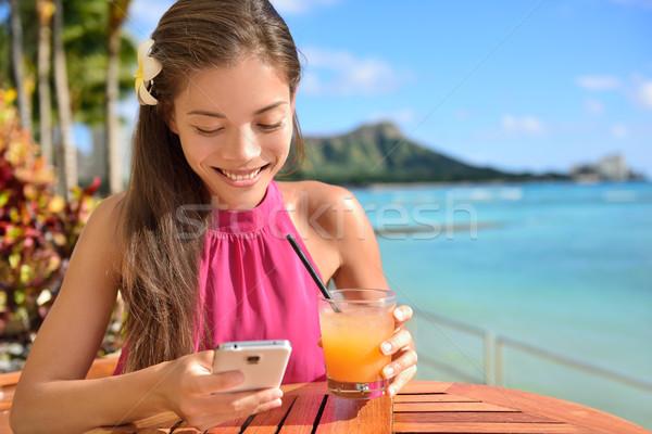 Donna smartphone spiaggia bar bere bere Foto d'archivio © Maridav
