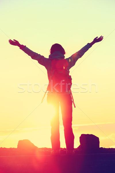 Stok fotoğraf: Mutlu · uzun · yürüyüşe · çıkan · kimse · siluet · özgürlük · silah · yukarı