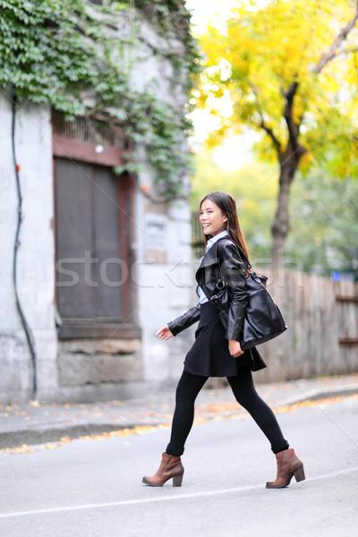 Városi fiatal nő sétál bőrdzseki város utcák Stock fotó © Maridav