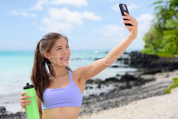 Sonriendo deportivo mujer toma playa Foto stock © Maridav