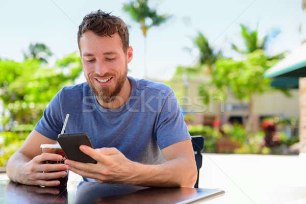 Smartphone homme sms potable café Photo stock © Maridav