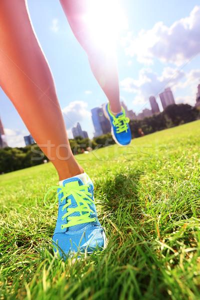 Runner loopschoenen vrouw atleet gras Stockfoto © Maridav