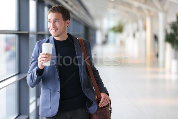 Empresário potável café caminhada aeroporto casual Foto stock © Maridav