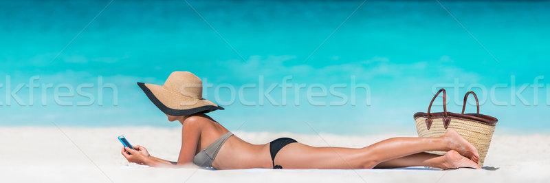 Tengerpart vakáció nő sms chat sms telefon Stock fotó © Maridav