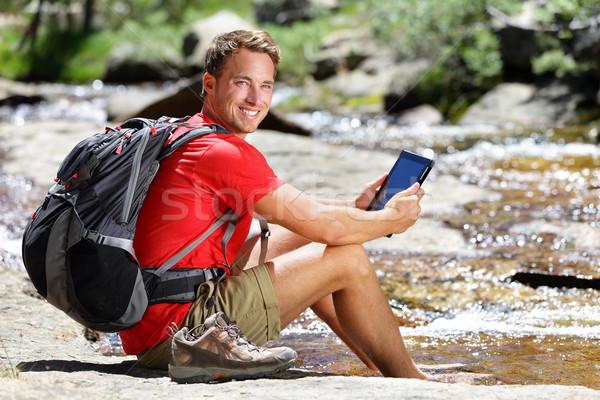 Comprimido caminhadas homem leitura ebook mapa Foto stock © Maridav