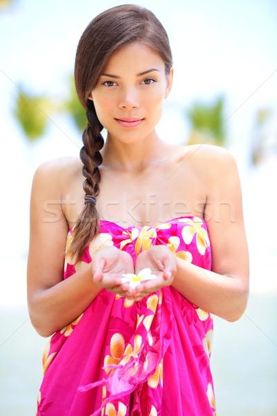 Piękna spokojny kobieta plaży kwiat Zdjęcia stock © Maridav
