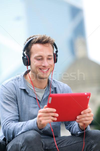 Videó chat párbeszéd férfi beszél táblagép Stock fotó © Maridav