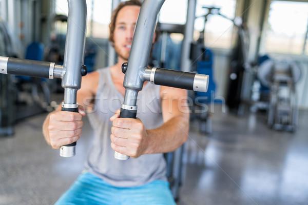 Człowiek trening siłowy fitness maszyny siłowni Zdjęcia stock © Maridav