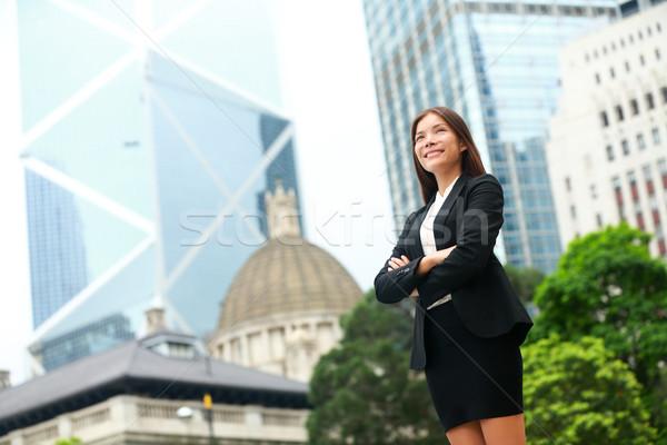üzletasszony szabadtér Hongkong áll büszke öltöny Stock fotó © Maridav