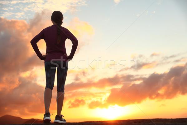 Ativo mulher olhando à frente vida desafiar Foto stock © Maridav