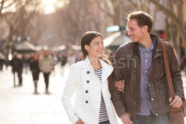 Urbaine couple marche la Barcelone bras Photo stock © Maridav