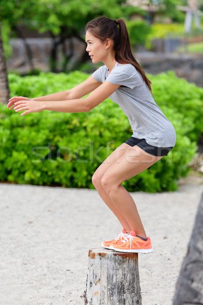 Fitness vrouw bank springen springen strand atleet Stockfoto © Maridav