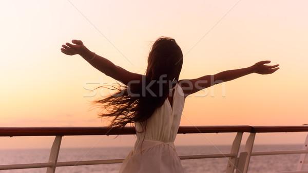 Kreuzfahrtschiff Urlaub Frau genießen Sonnenuntergang Reise Stock foto © Maridav