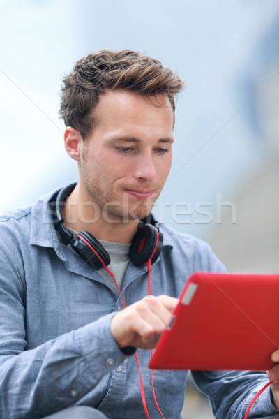 Városi fiatal profi férfi tabletta táblagép Stock fotó © Maridav