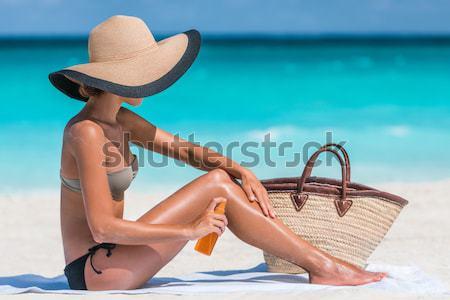Mulher protetor solar bronzeado loção praia spray Foto stock © Maridav
