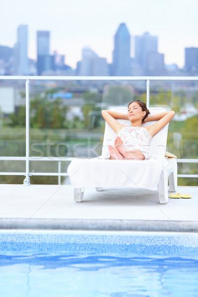 Vrouw ontspannen stad zwembad Stockfoto © Maridav