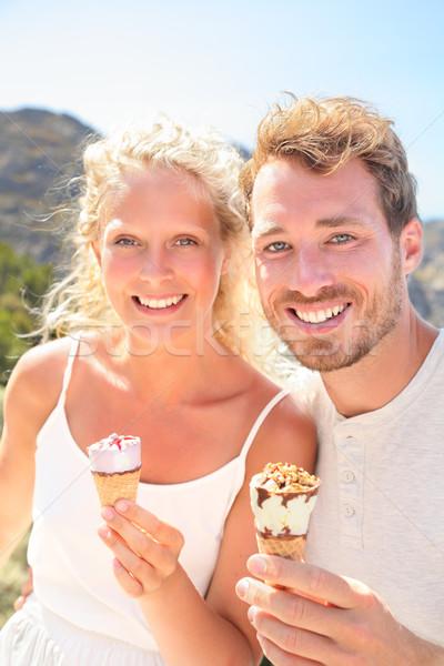 Fagylalt boldog pár eszik fagylalttölcsér kint Stock fotó © Maridav