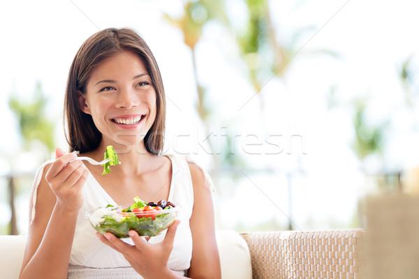 Egészséges életmód nő eszik saláta mosolyog boldog Stock fotó © Maridav