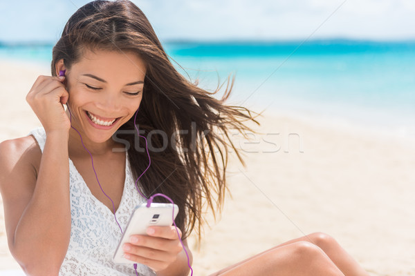 Heureux smartphone femme écouter streaming musique Photo stock © Maridav