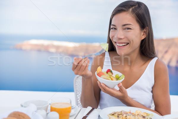 Donna mangiare sano macedonia di frutta ciotola colazione cibo sano Foto d'archivio © Maridav