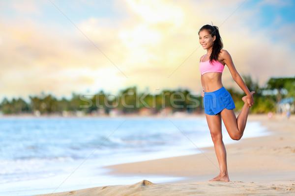 Feliz mujer ejercicio playa Foto stock © Maridav