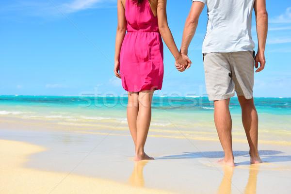 Plaj çift sevmek el ele tutuşarak balayı düşük Stok fotoğraf © Maridav