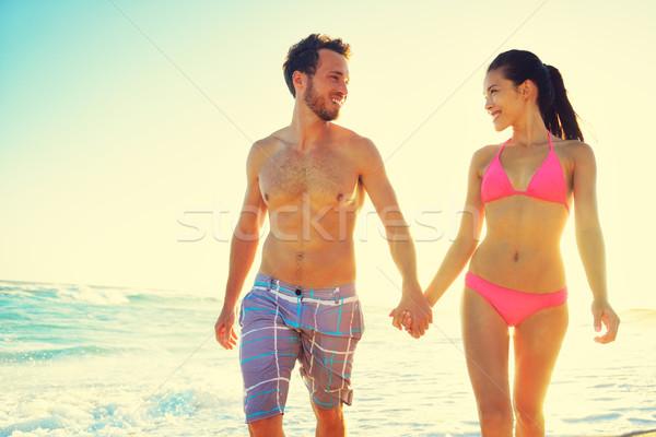 Stok fotoğraf: çift · el · ele · tutuşarak · birlikte · plaj · gün · batımı · balayı