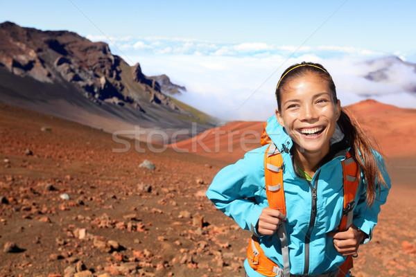 Wandelen wandelaar lopen vulkaan vrouw glimlachend Stockfoto © Maridav