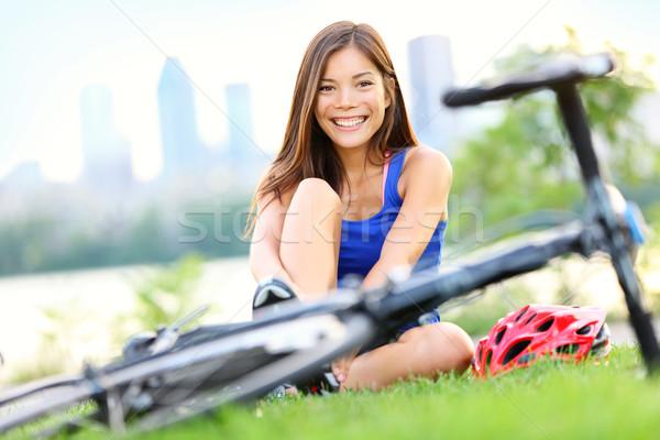 Vrouw weg fiets glimlachend sport Stockfoto © Maridav