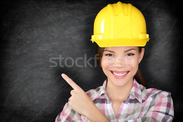 Stockfoto: Vrouwelijke · bouwvakker · ingenieur · tonen · wijzend · lege