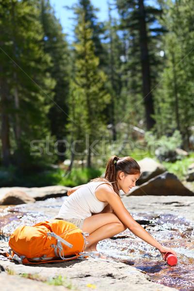 Turystyka kobieta woda pitna rzeki yosemite Zdjęcia stock © Maridav