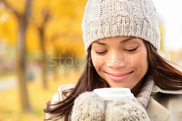 Automne femme potable café automne ville Photo stock © Maridav