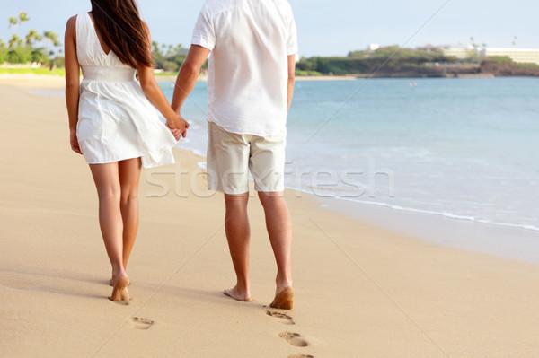 Huwelijksreis paar holding handen lopen strand blootsvoets Stockfoto © Maridav