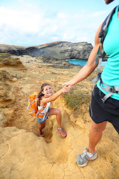 Ajutor excursionist femeie mana de ajutor Drumeţii excursie pe jos Imagine de stoc © Maridav