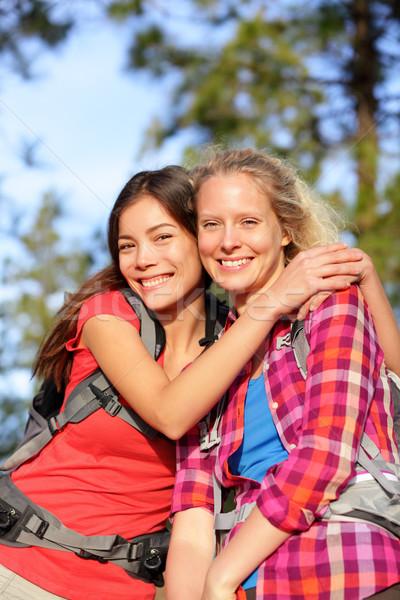 ストックフォト: 幸せ · 若い女性 · ハイキング · 肖像 · 笑みを浮かべて