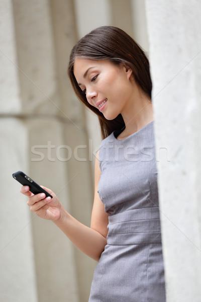 Smart деловой женщины приложение смартфон городского случайный Сток-фото © Maridav