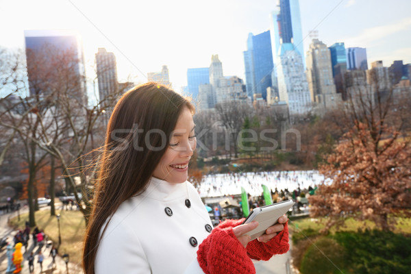 женщину таблетка Центральный парк Нью-Йорк смартфон поздно Сток-фото © Maridav