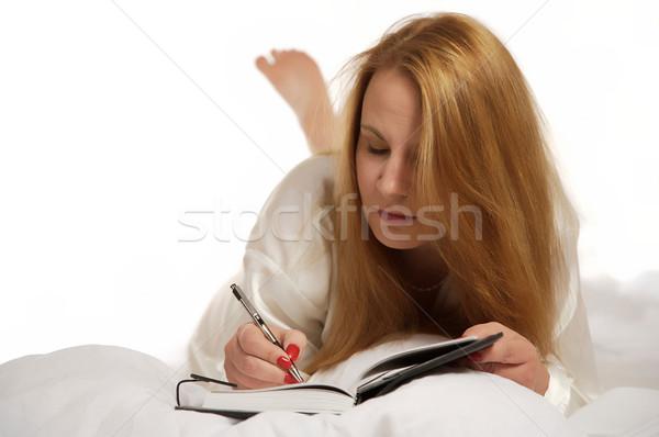 Vrouw schrijven tijdschrift bed dagboek boek Stockfoto © markhayes