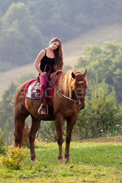 Młoda dziewczyna konia długie włosy posiedzenia kwartał Zdjęcia stock © maros_b