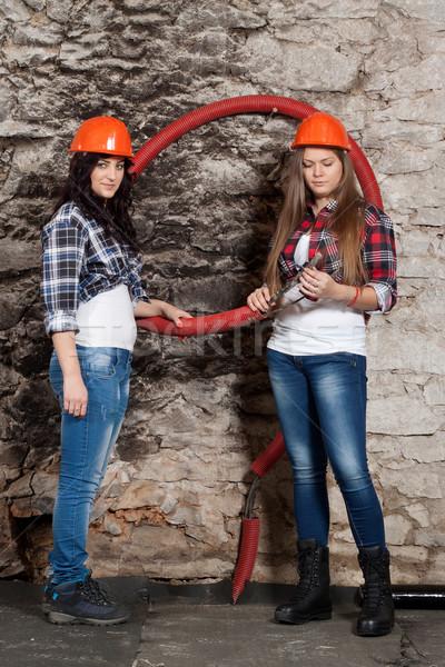 два молодые женщину кабелей глядя ремонта Сток-фото © maros_b