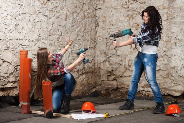 Dois jovem mulher três de um tipo chave de fenda reparar Foto stock © maros_b