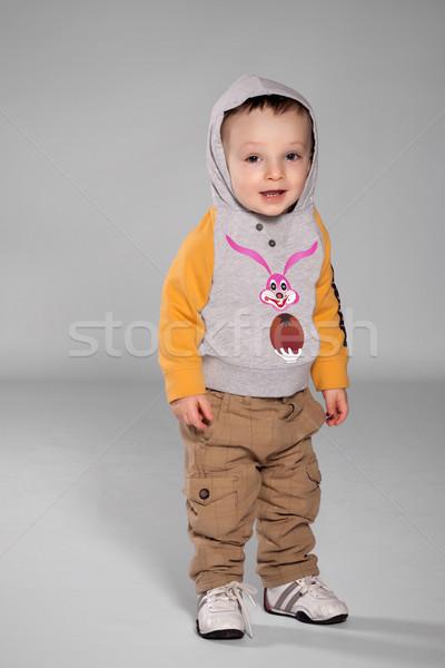 Criança menino em pé coelhinho da páscoa suéter Foto stock © maros_b