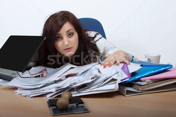 Jeunes Homme employé de bureau regarder derrière Photo stock © maros_b