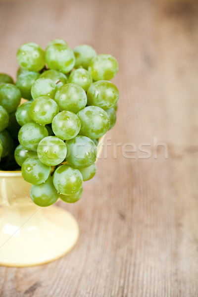 Friss zöld szőlő citromsárga tál fa asztal étel Stock fotó © marylooo