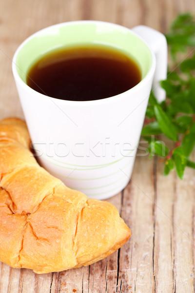Foto stock: Taza · té · frescos · croissant · mesa · de · madera · desayuno