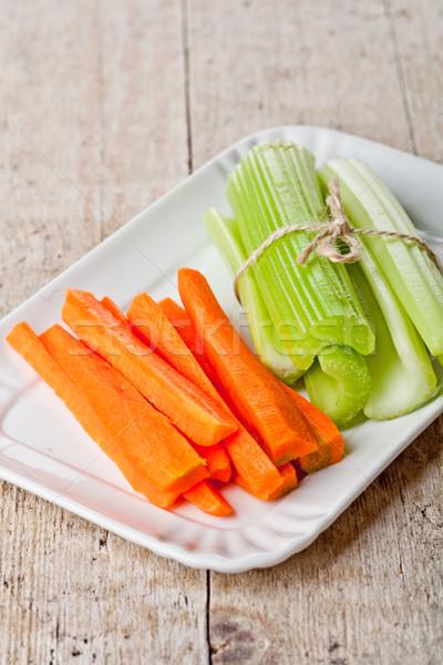 Fraîches vert céleri carotte plaque bois Photo stock © marylooo