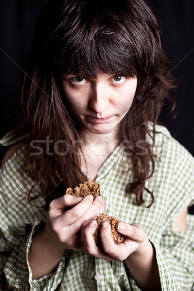 Bedelaar stuk brood portret arme vrouw Stockfoto © marylooo