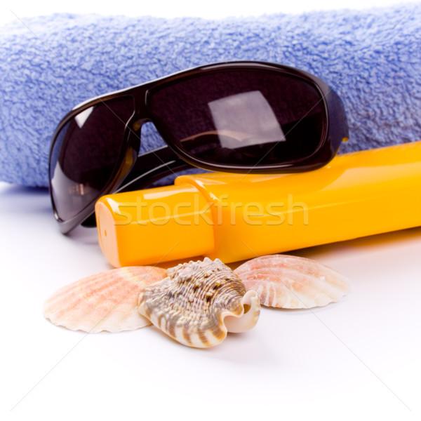 Toalla conchas gafas de sol loción primer plano blanco Foto stock © marylooo