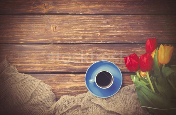 Beker koffie tulpen weefsel houten tafel foto Stockfoto © Massonforstock