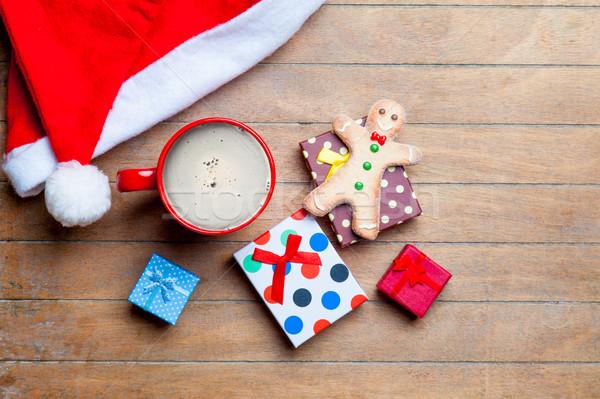 Fincan kahve hediyeler gingerbread man noel baba şapka Stok fotoğraf © Massonforstock